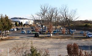 広大な敷地に設けられた駐車場